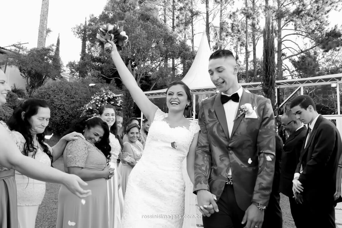 casal muito animado e feliz alegria que contagia
