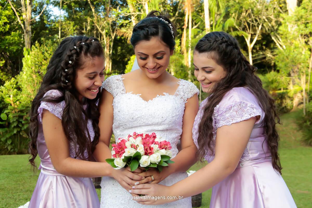 fotografia da noiva com as damas e floristas