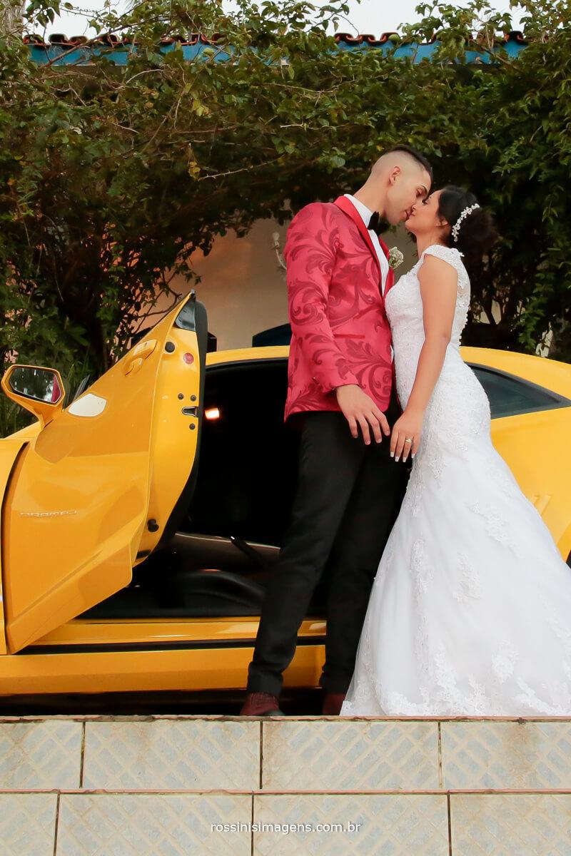 carro camaro amarelo de portas abertas e noivo e noiva juntos, amor Casamento Lindo por Rossini's Imagens, Rossinis Imagens fotografia