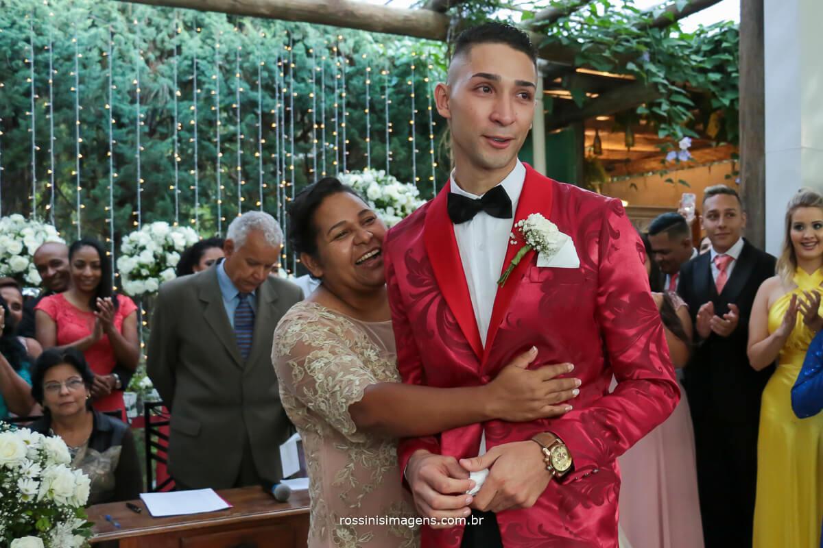 mãe virando o noivo para ver a entrada da noiva, muita emoção