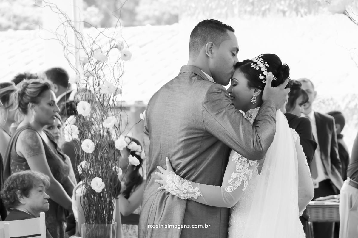 fotografia de casamento rossinis imagens noivo recepcionado a noiva no altar com um singelo beijo na testa, muito amor envolvido wedding day