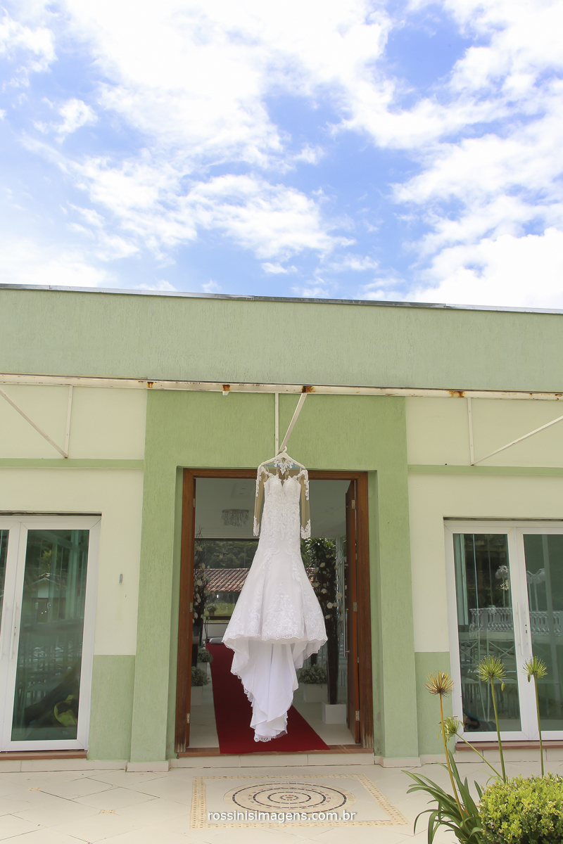 fotografia de casamento vestido de noiva , vestido pendurado de noiva, dia de sol, dia lindo dia do casamento