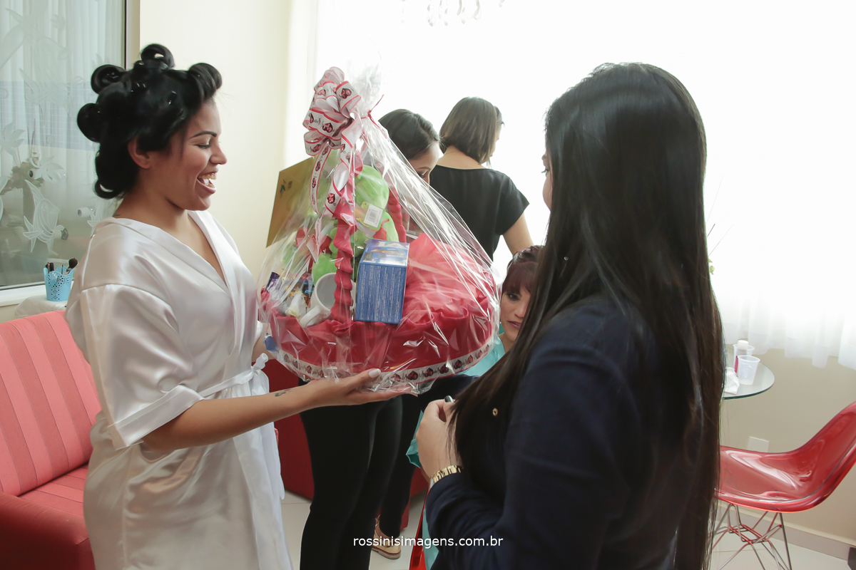 presente do noivo para a noiva uma linda cesta de chocolates, no making of dia do casamento noivo romântico, dia da noiva