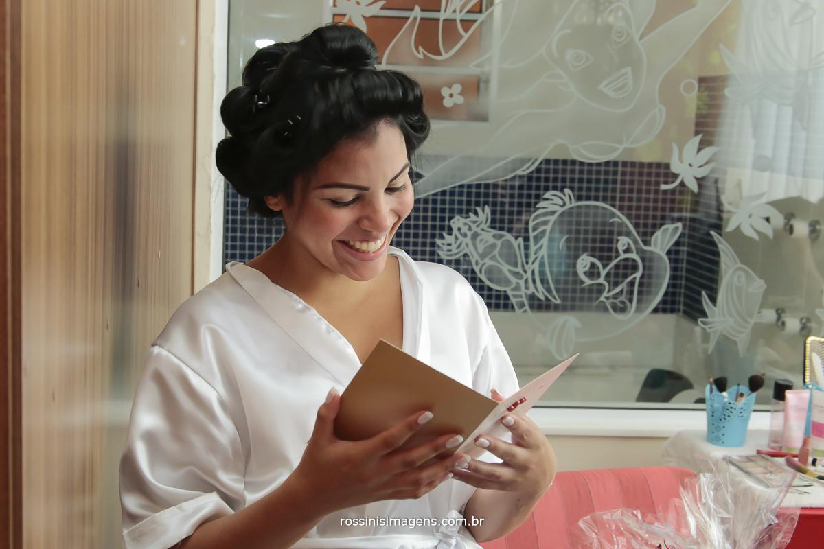 noiva lendo cartão do noivo, que veio na cesta de chocolate, noiva feliz, casamento de dia, casamento em mogi das cruzes, fotografo de casamento em mogi