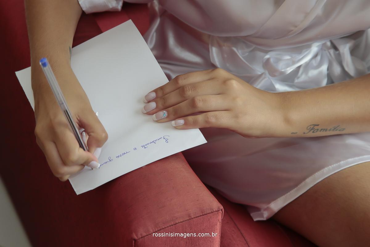 noiva escrevendo um bilhetinho para o noivo