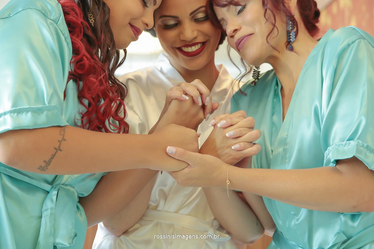 fotografia de amor de família de mãe e filhas, juntas passando energias positivas, muito amor
