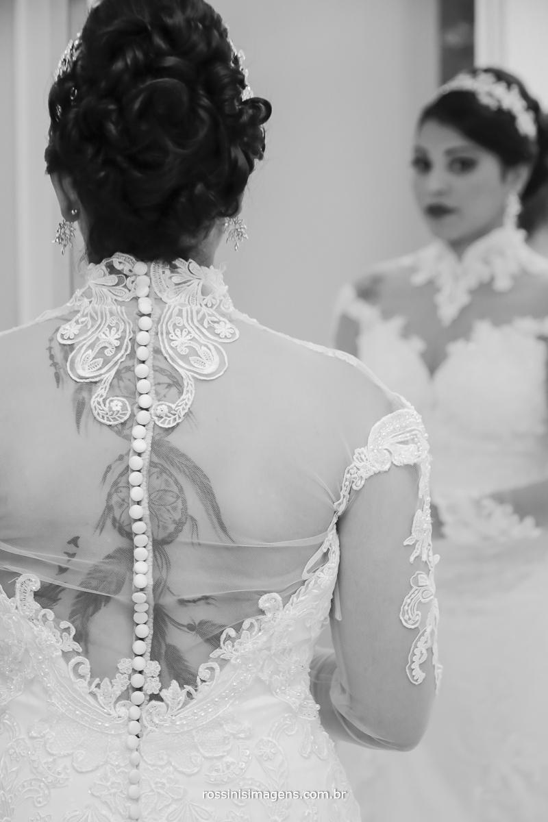 detalhes do lindo vestido de noiva todo bordado nas costas, muitos detalhes no casamento