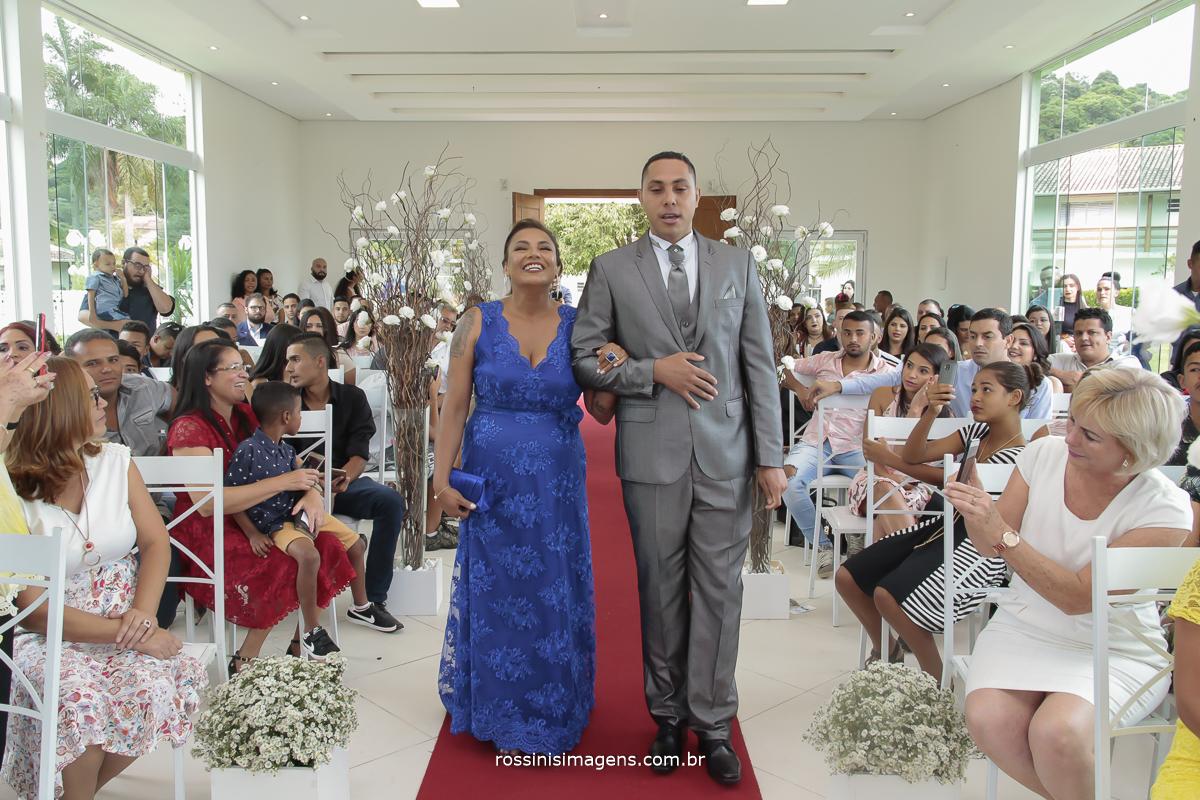entrada do noiva para o altar junto com sua mãe