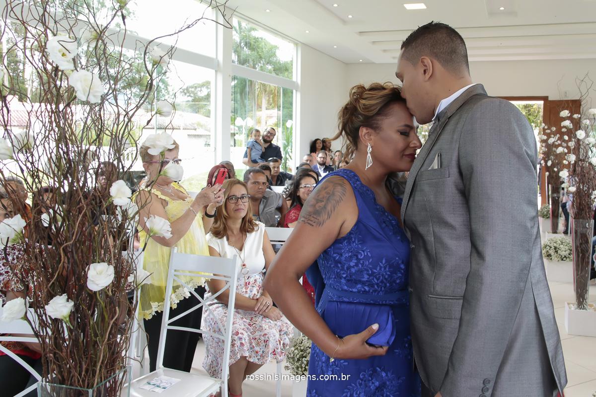 entrada do noivo e sua mãe no altar com um beijo na testa, mãe muito emocionada com o momento, rossinis imagens viva o momento