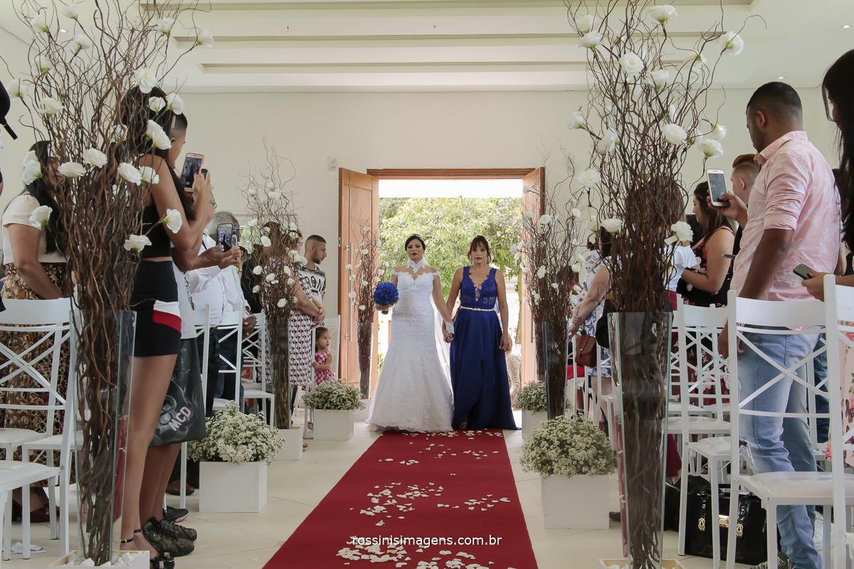 entrada triunfal da noiva com sua mãe no lindo tapete vermelho en direção ao altar