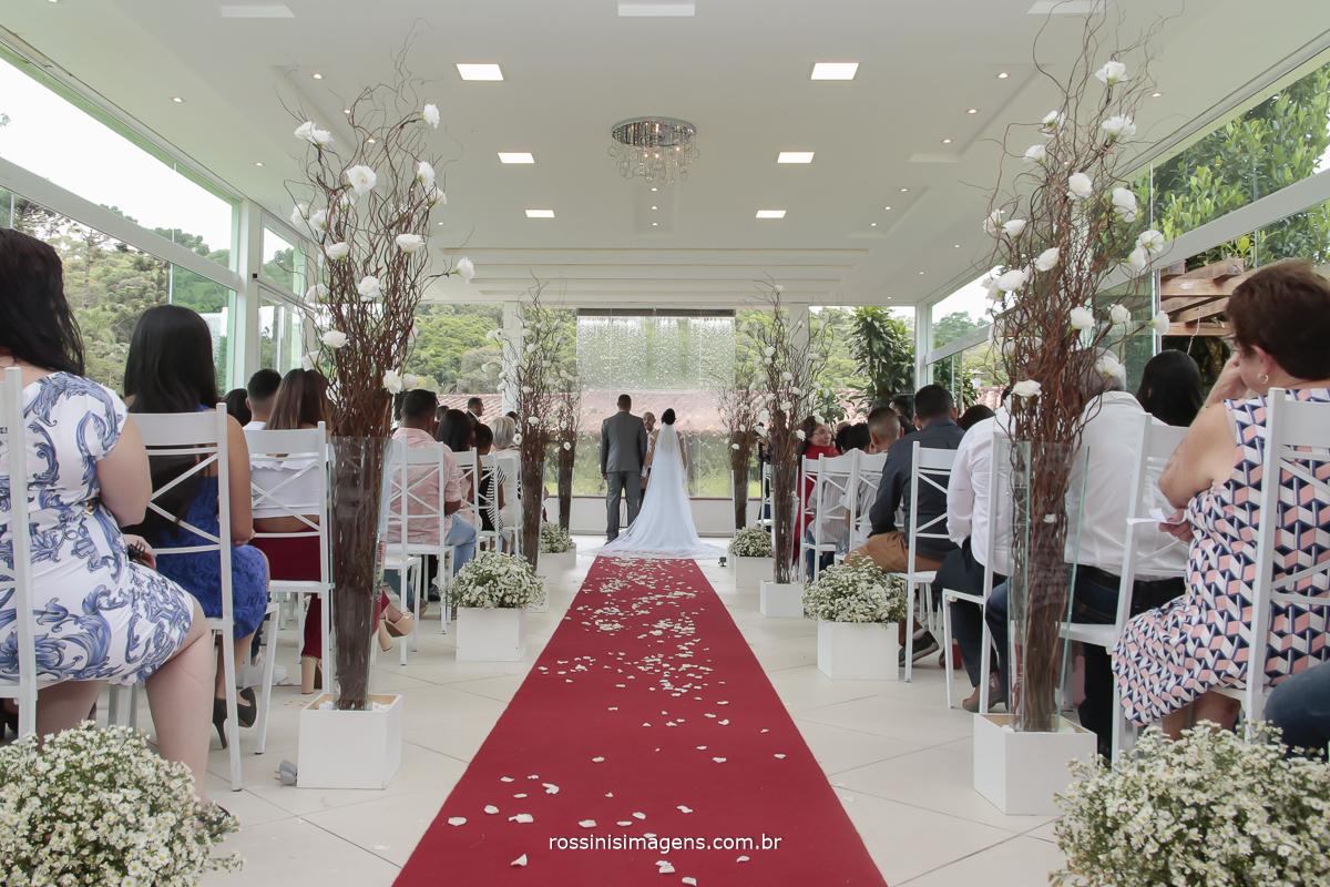 fotografia do altar com os noivos de costas durante a cerimonia de casamento , por rossinis imagens fotografia e vídeo de casamento em mogi das cruzes - sp