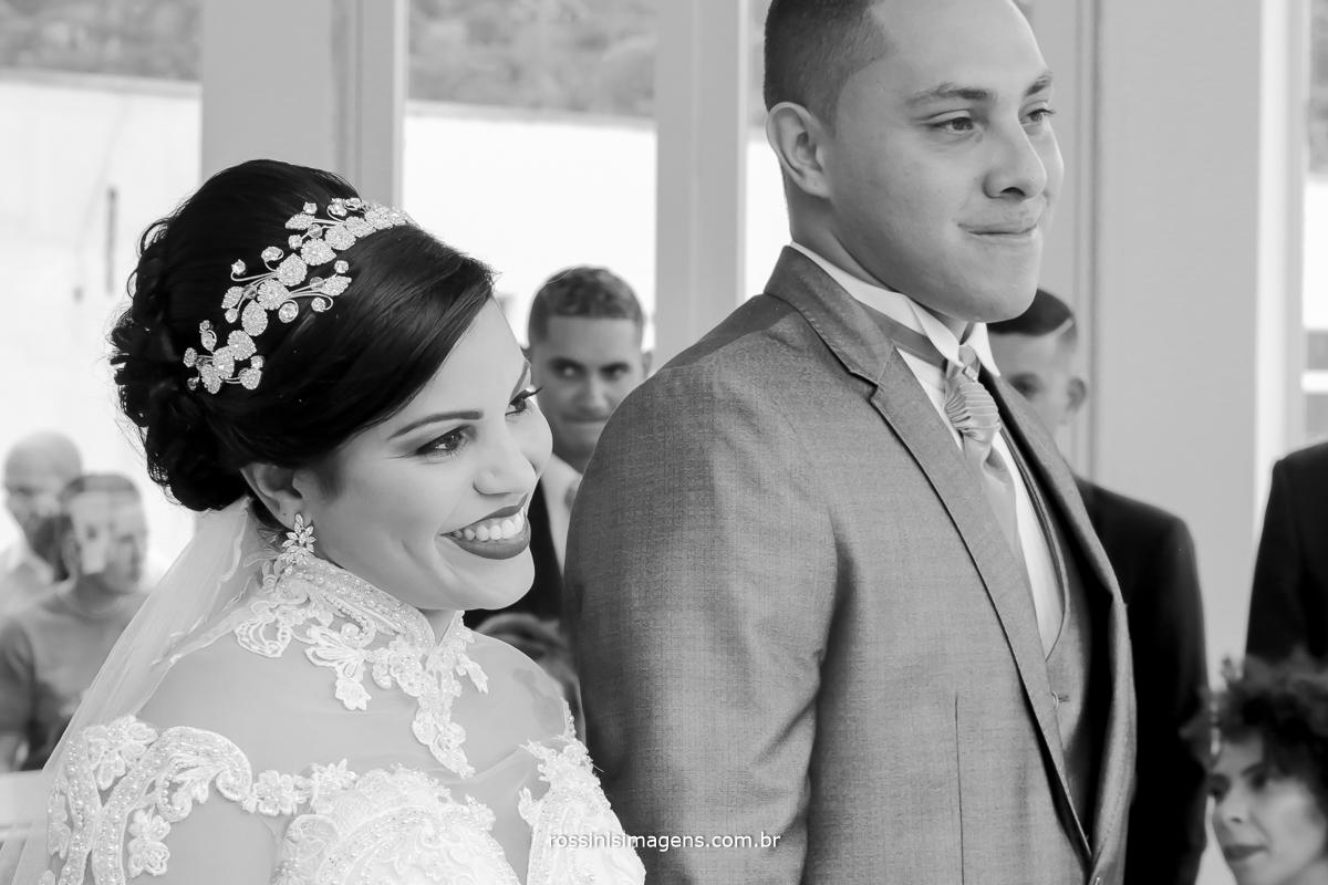 noiva e noivo sorrindo no cerimonial de casamento momento muito alegre de muitas emoções