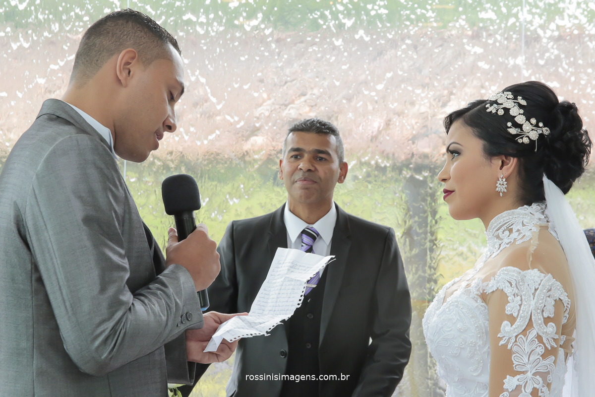 noivo fazendo sua linda declaração de amor para a noiva prometendo amar e cuidar por toda a vida