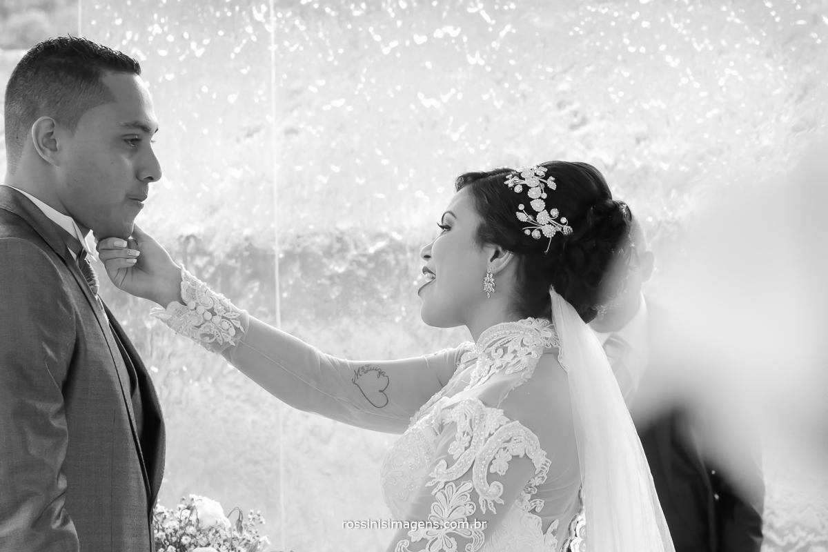 fotografia de casamento noiva cantando na cerimonia homenageando o noivo, valeu a pena esperar, todas a lutas, valeu a pena