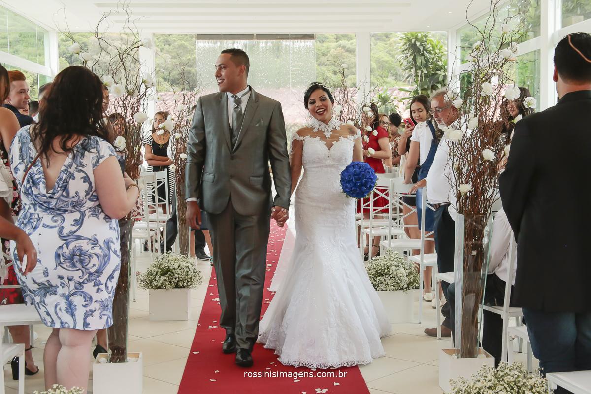 saída dos noivos apos a cerimonia de casamento, Rodrigo e Jessica marido e mulher, noiva de branco virei noiva, vou casar, já casei