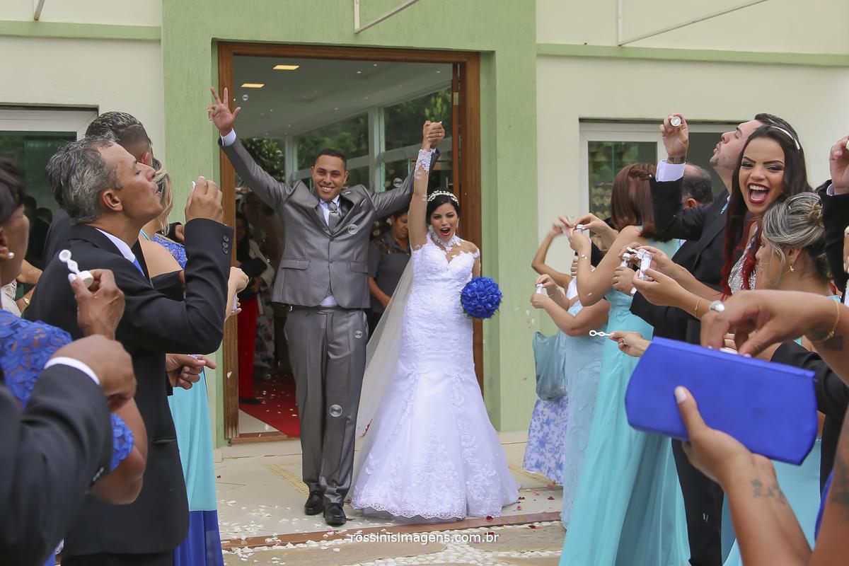 saída muito animada e agitada dos noivos com os padrinhos, muita alegria e emoção nesse momento unico