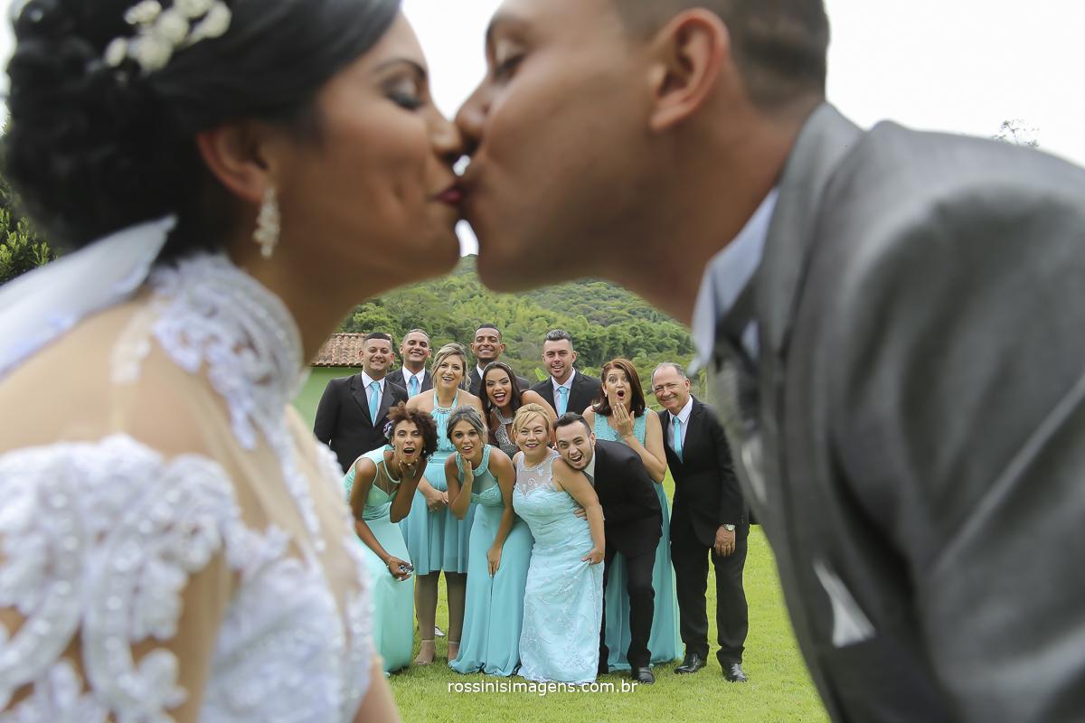 fotografia dos noivos com os padrinhos ao fundo
