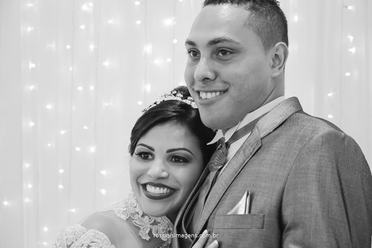 fotografia de casamento noiva e noivo na mesa do bolo abraçados
