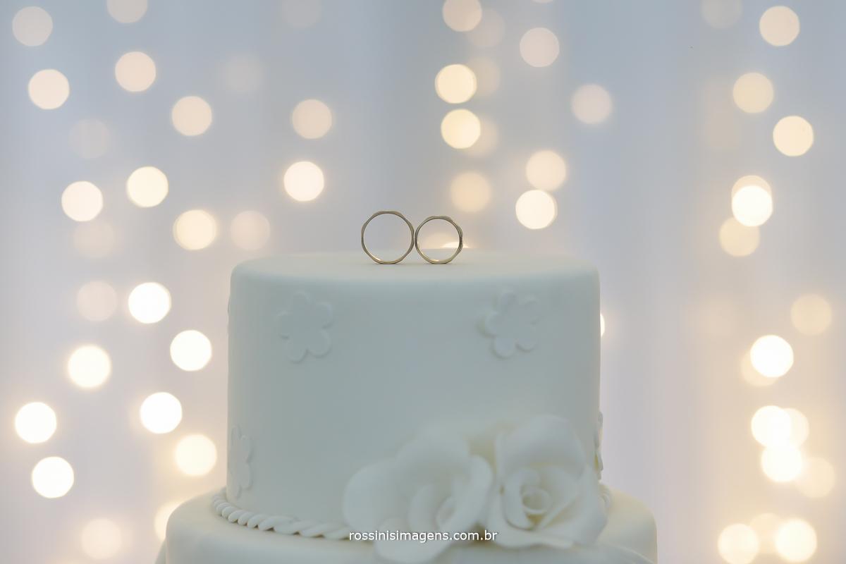 fotografia da aliança no bolo, alianças na mesa do bolo luz de led, boken