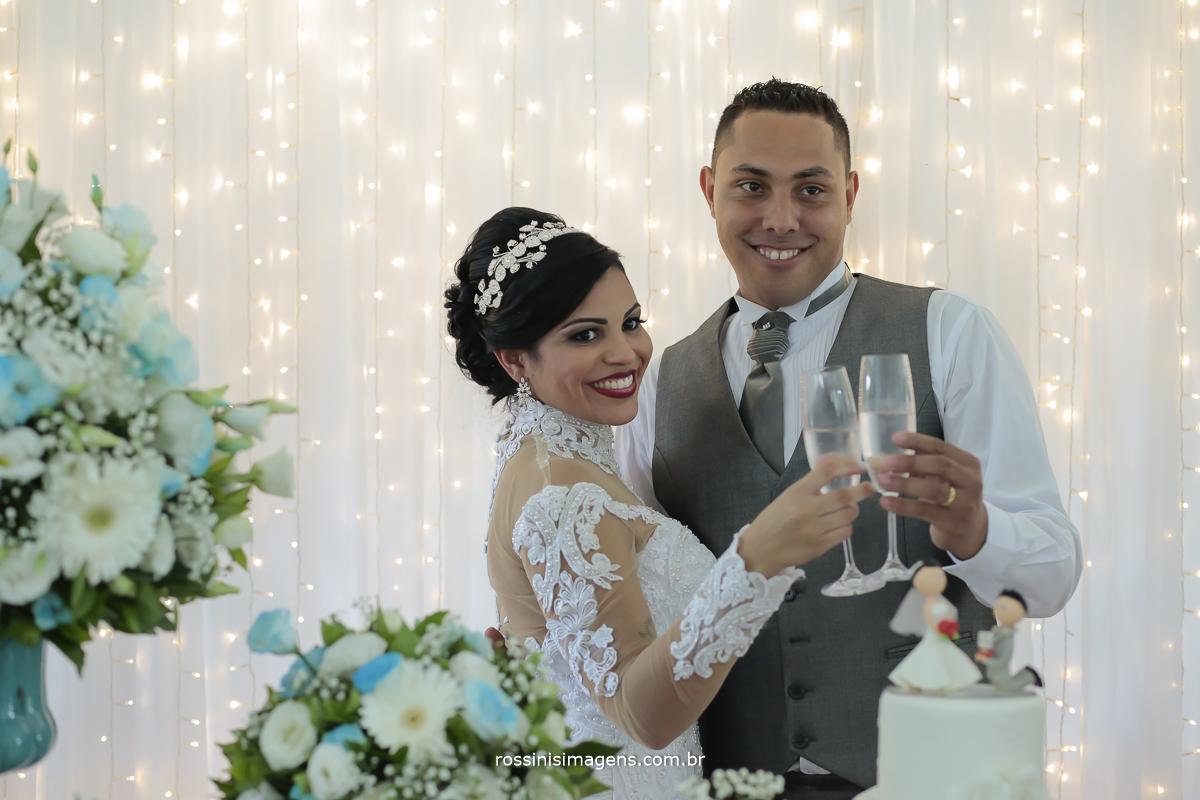 brinde dos noivos com taça de champanhe, viva os noivos viva a vida de casados, viva a união