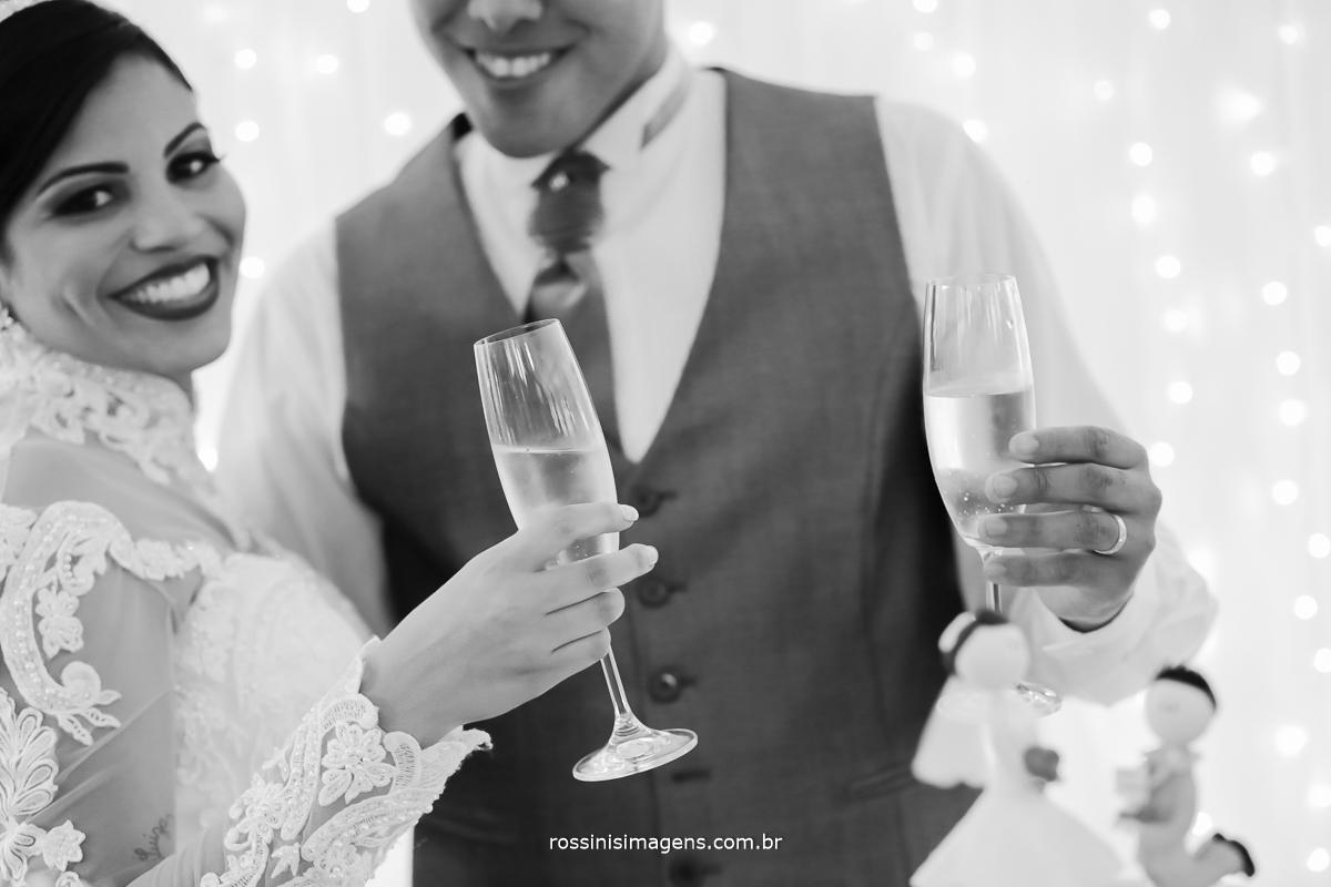 fotografia de casamento noivos rindo na mesa do bolo, fotografo de casamento sp, rossinis imagens fotografia e vídeo.