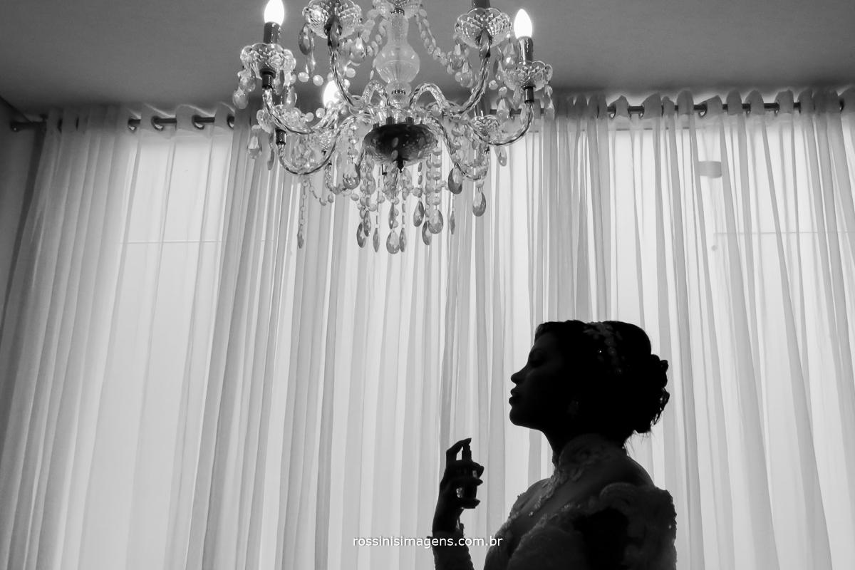 fotografia de casamento noiva e o lustre de cristal passando perfume, foto pb de noiva linda fotografia de casamento de dia em mogi das cruzes