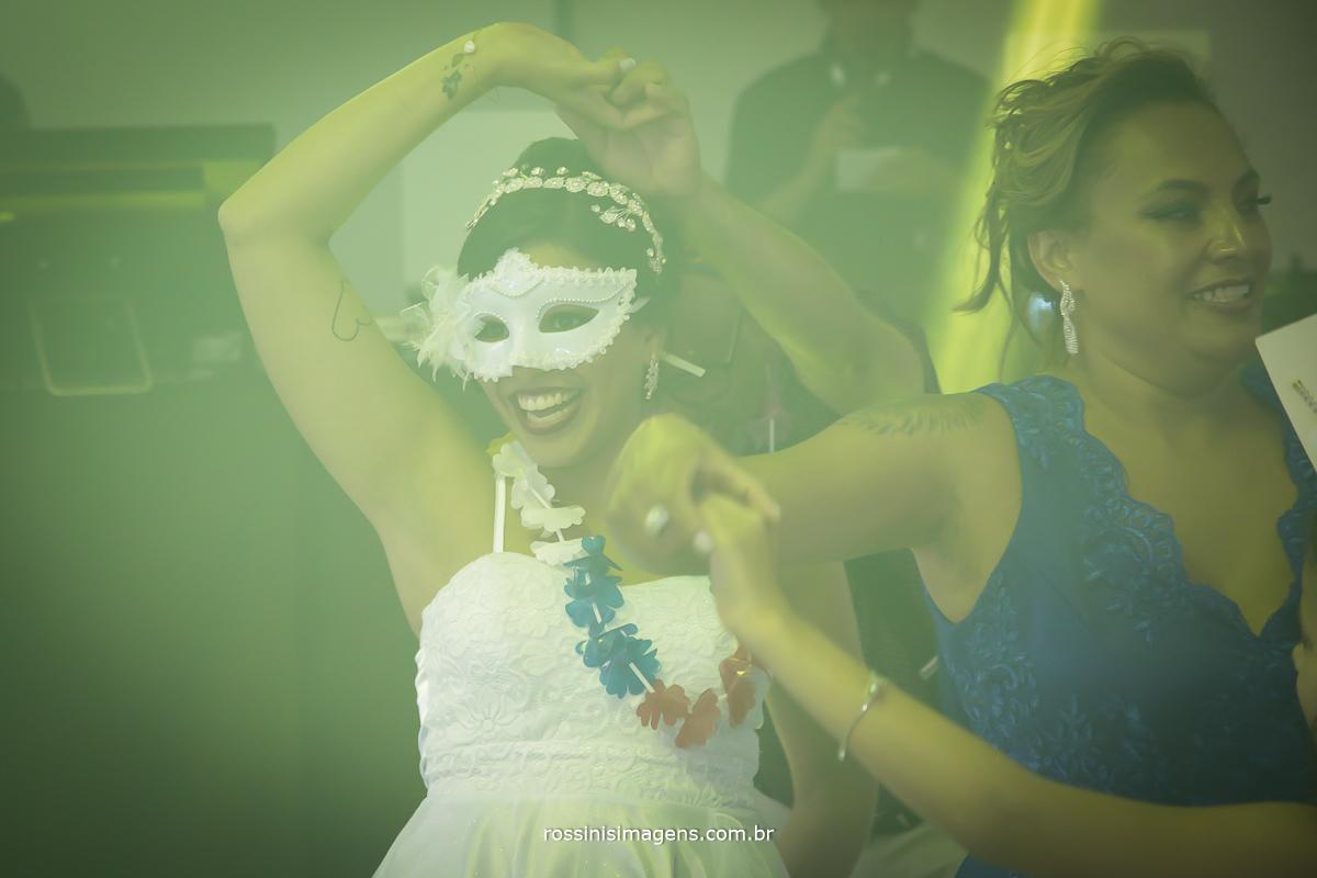 fotografia de balada noiva dançando, pista de dança lotada