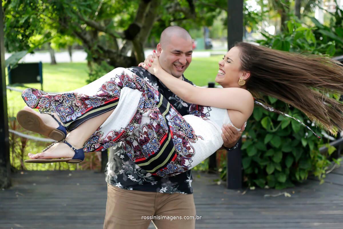 noivo rodando a noiva, fotografia de ensaio pre casamento na praia rossinis imagens