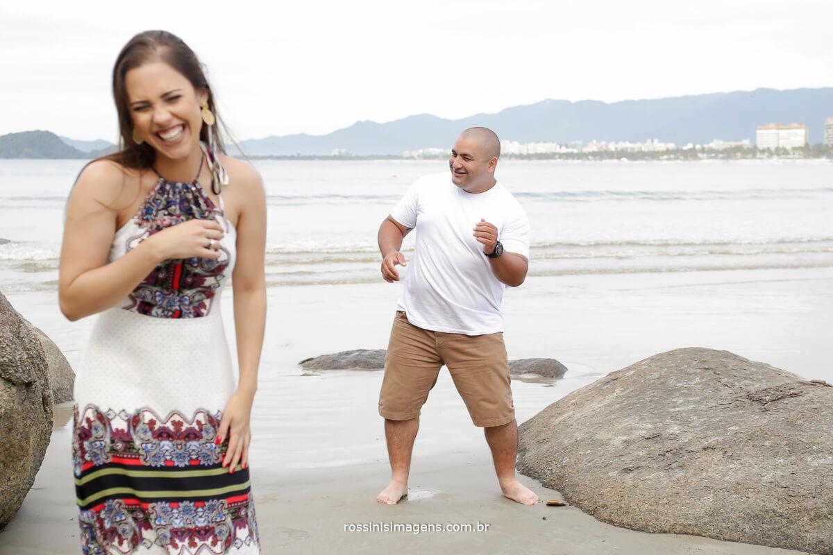 casal brincalhão, casal divertido casal feliz, ensaio na praia