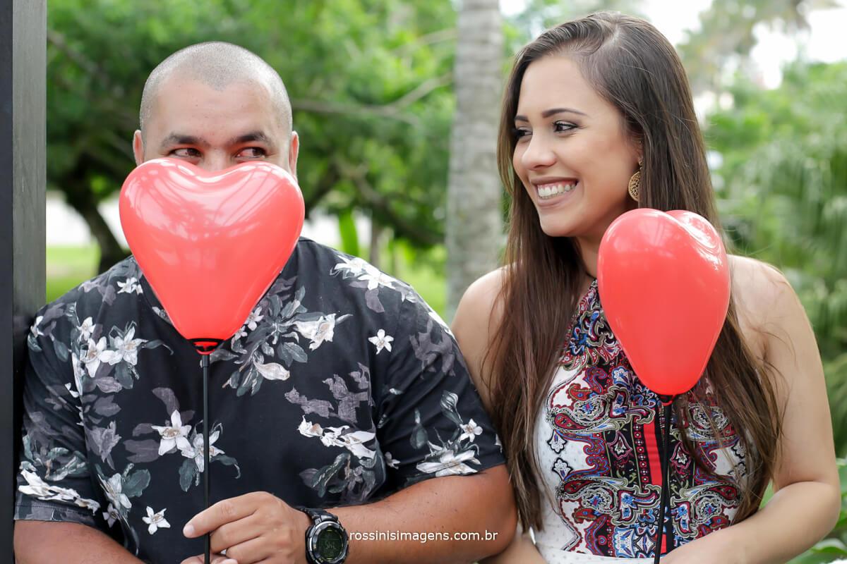 bexiga de coração, balão de coração no ensaio fotográfico casal na praia luciana e flavio