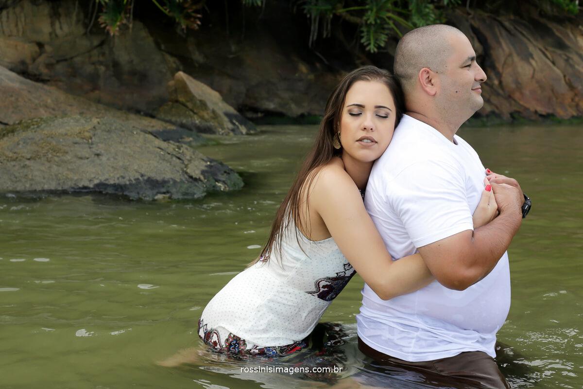 casal romântico feliz e apaixonado, ensaio bem descontraído, divertido, alegre