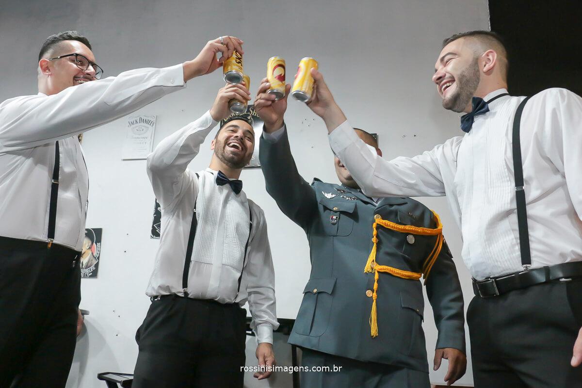 making of do noivo na barbearia em são paulo, fazendo um brinde ao casamento com os padrinhos muita alegria e diverção