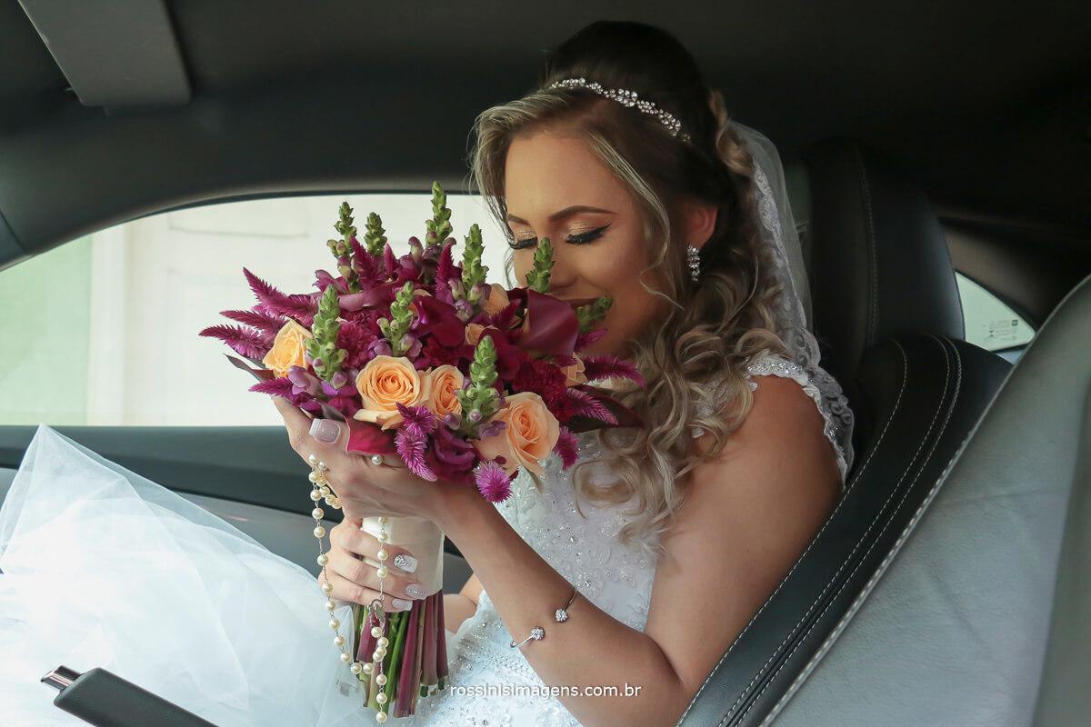 noiva no carro em frente a igreja com o lindo e maravilhoso buquê