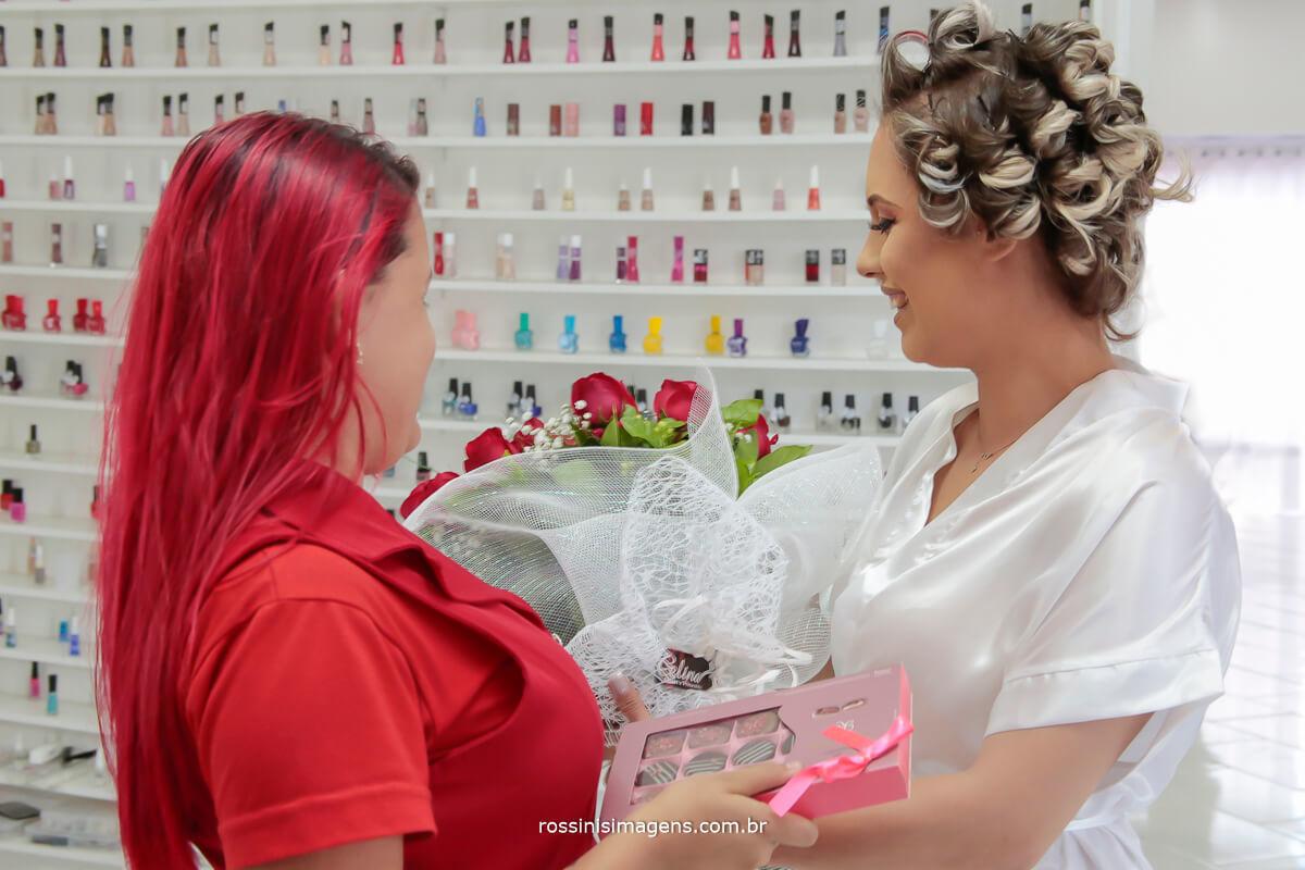 como surpreender sua noiva no dia do casamento, um buquê de rosas bem grande e uma linda e saborosa caixa de chocolate, toda mulher gosta de ganhar flores e chocolate