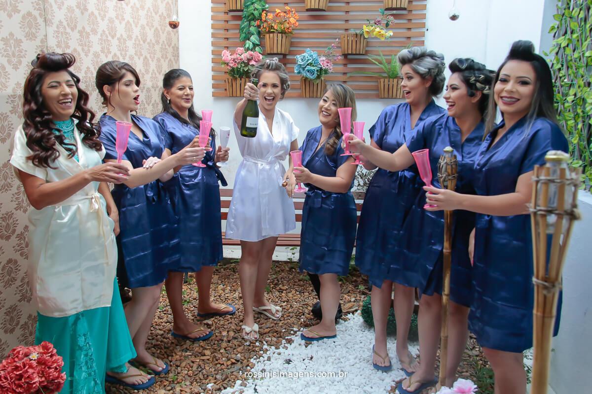 dia da noiva, noiva e madrinhas no making of brindando o casamento com champanhe