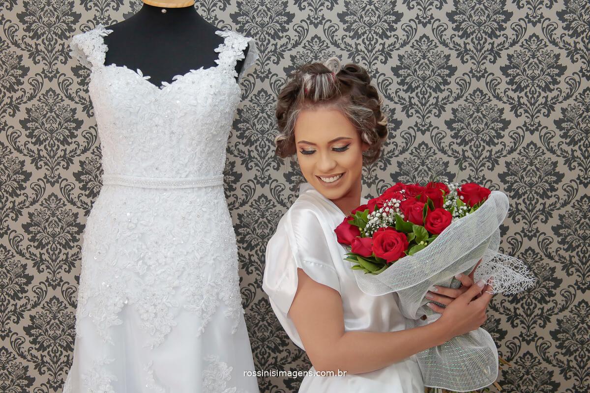 vestido da noiva, noiva e o lindo buquê de rosas vermelhas que ela tanto gosta