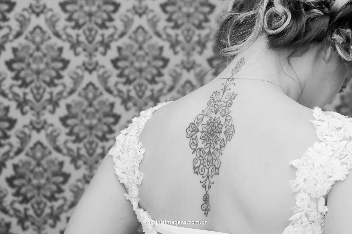 fotografia de noiva de vestido com tatuagem nas costas bem grande, noiva de tatuagem, noivas com tatuagem, noivas diferentes, casamentos que fazem a diferença, noivos que fazem a diferença