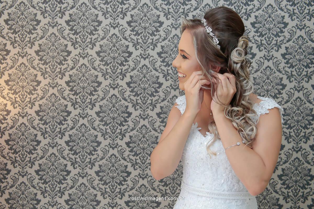 noiva colocando o brinco muito feliz e bem animada, casamento que faz a diferenca detalhes que fazem a diferença noivos que fazem a diferença, fotografia e video rossinis imagens