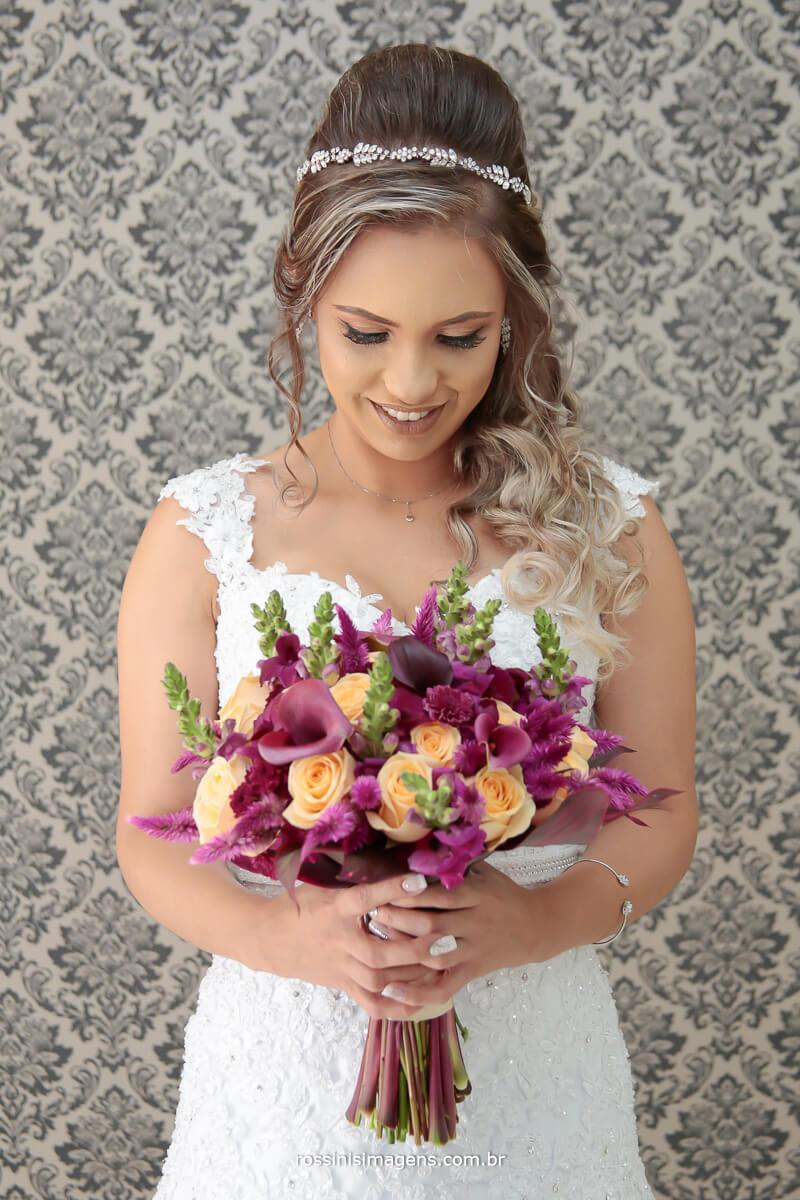 mega noiva linda com o incrível buque feito pela karen kudo top nos buquês, noiva feliz, detalhes que fazem a diferença, rossinis imagens empresa que faz a diferença, noivos que fazem a diferença