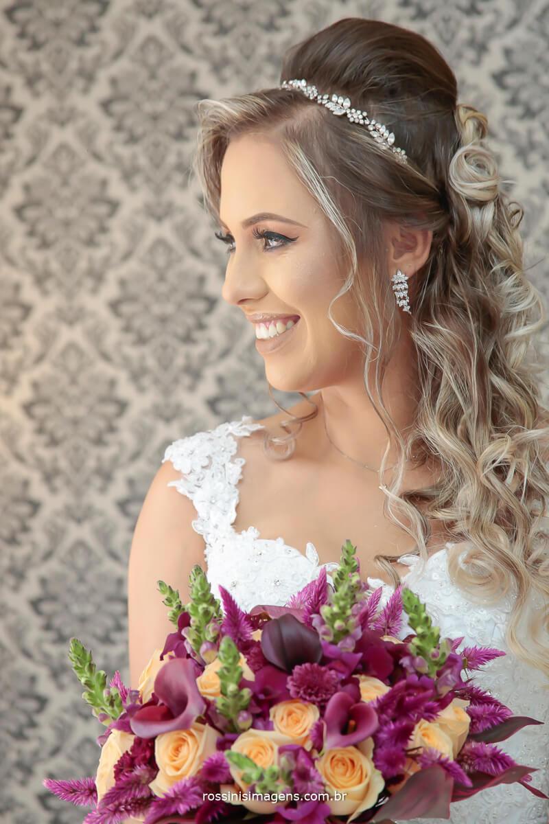 noiva olhando na janela, detalhes que fazem a diferença, noiva feliz casamento lindo, inspiração de casamento