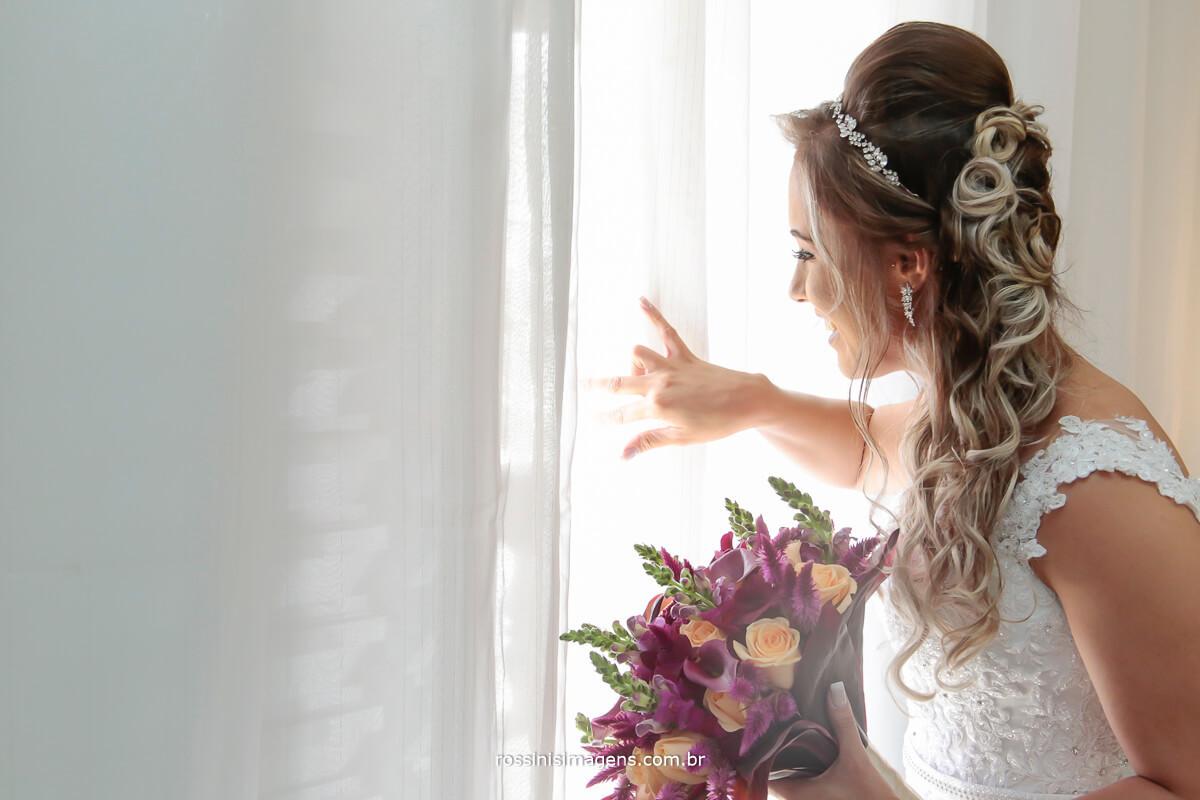 casamento inspiração, noivos que fazem a diferença, casamento top, noiva feliz buquê incrível, noiva olhando o carro levara ela para igreja