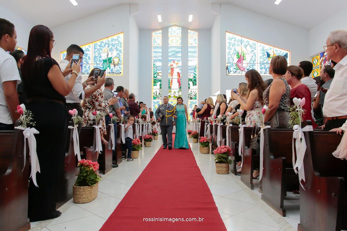 entrada na igreja, noivo com sua mãe na paroquia bom pastor Suzano Rossinis imagens fotografia e filmagem de casamento por todo o brasil