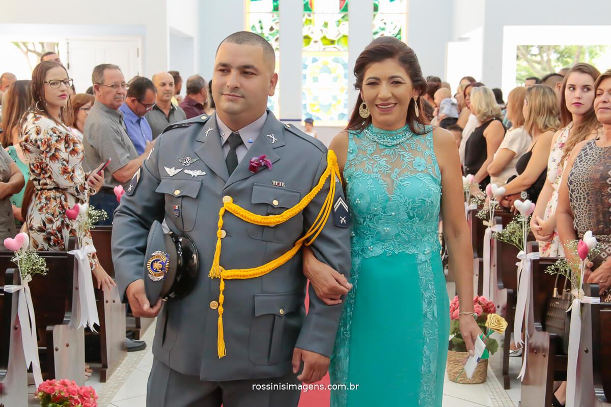 imagem da entrada do noivo e sua mãe na igreja, casamento militar noivo militar