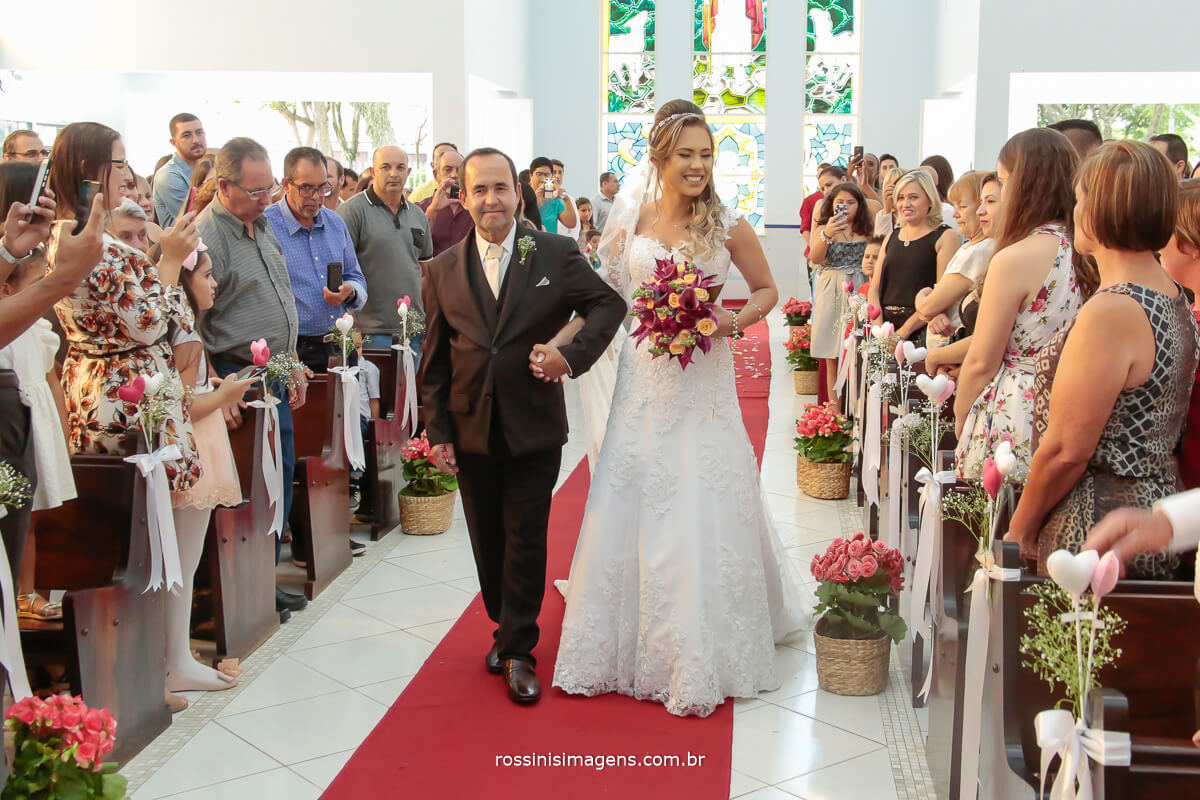 a linda e bela entrada da noiva conduzida por seu pai junto com o incrível buque, e essa super recordação em fotografia - Rossinis Imagens