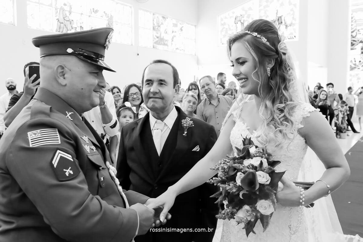fotografia de casamento noivo recebendo a noiva no altar