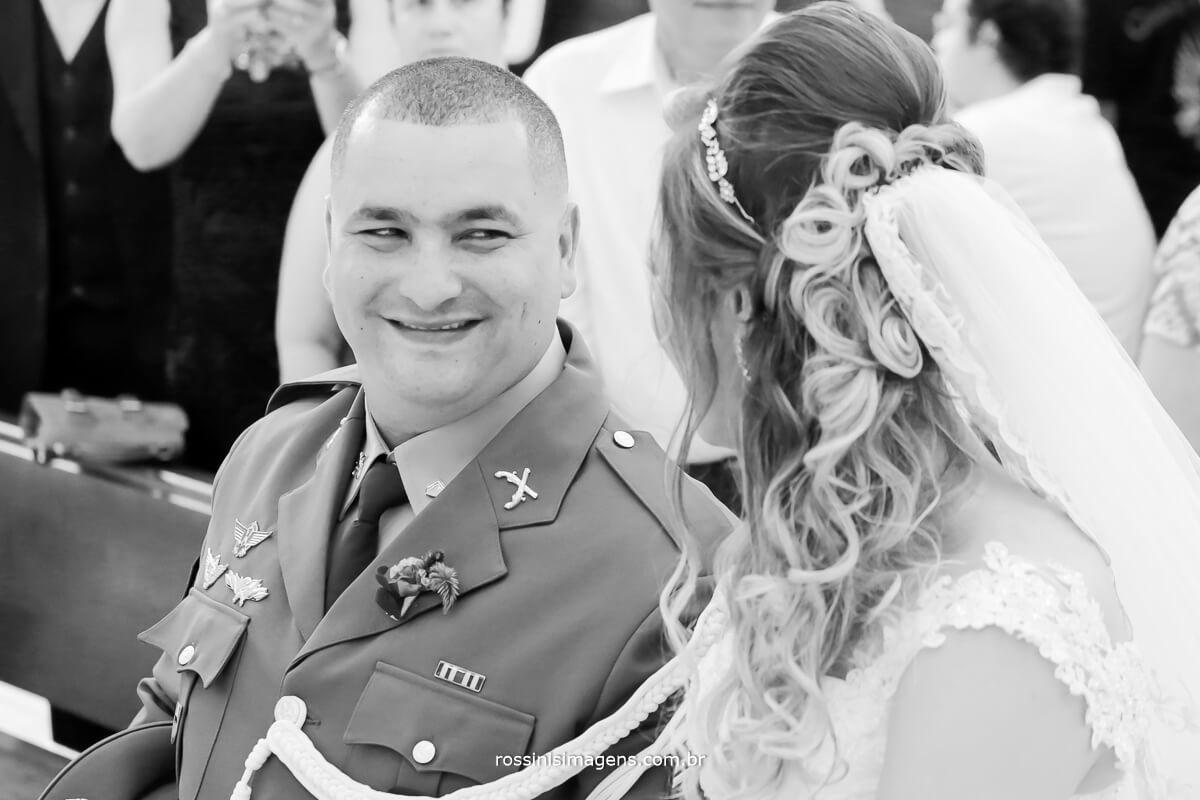 noivo olhando a noiva no altar a legenda ficar a critério de quem olhar, qual a sua legenda para essa foto