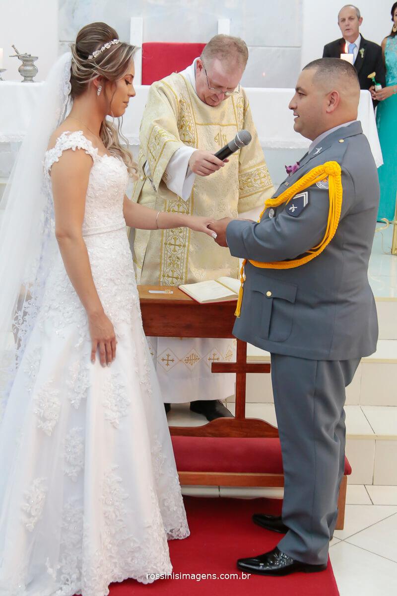 noivo fazendo o juramento, os votos do casamento muito emocionante esse momento