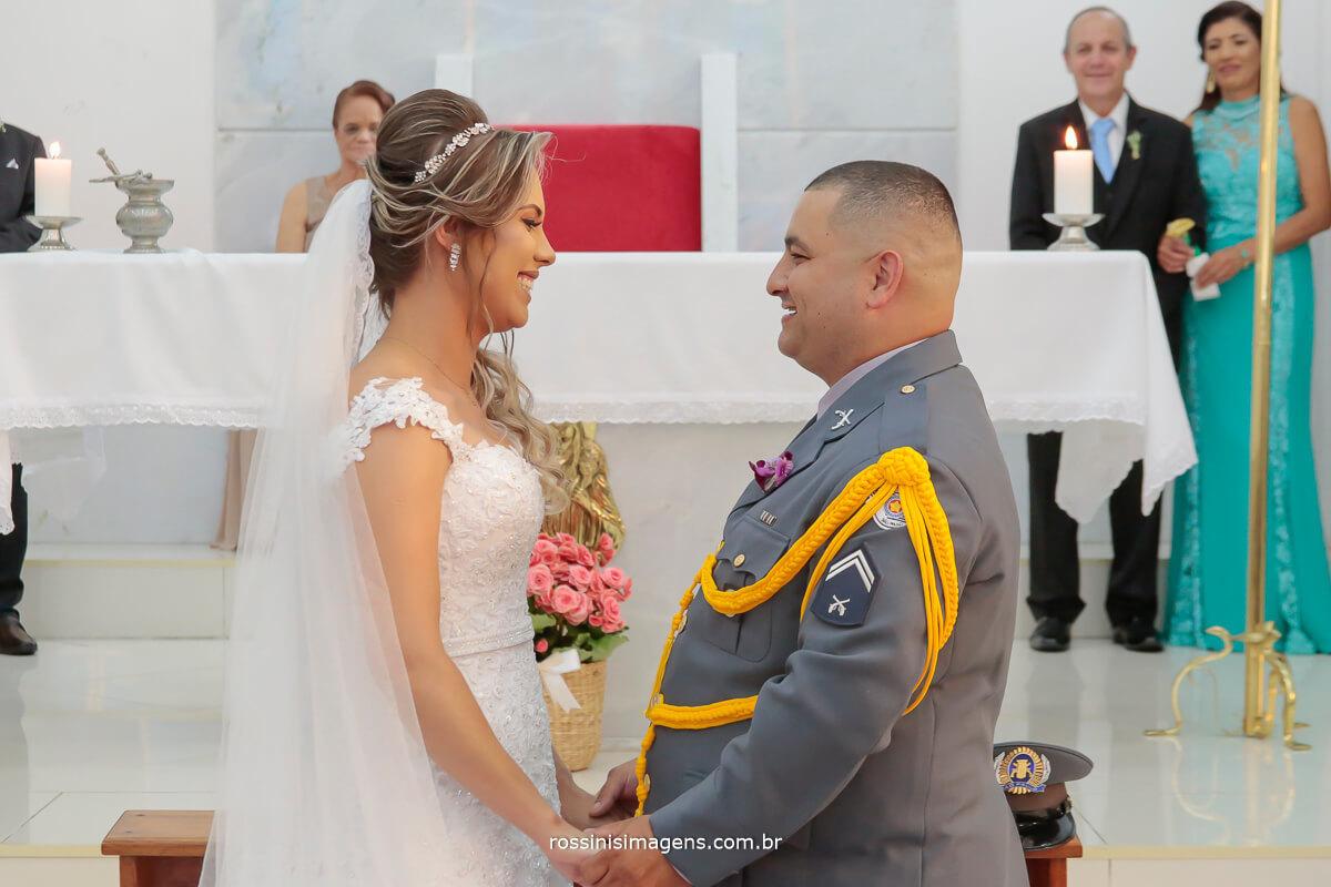 noivo e noiva em troca de olhares momento singular indescritível, felicidade sem fim