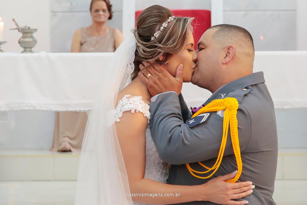 beijo de casados noiva e noiva, casamento militar casamento na igreja, casamento com detalhes que fazem a diferença noivos que fazem a diferença