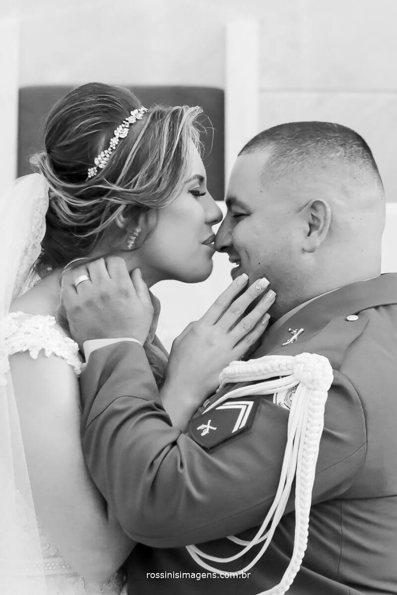 noiva beijando o noivo um simples e singelo beijo na pontinha do nariz muito amor envolvido